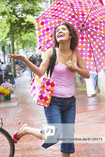 Frau  gehen  Regenschirm  Schirm  Regen Frau ,gehen ,Regenschirm, Schirm ,Regen