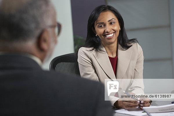 Geschäftsfrau Gespräch mit Mann