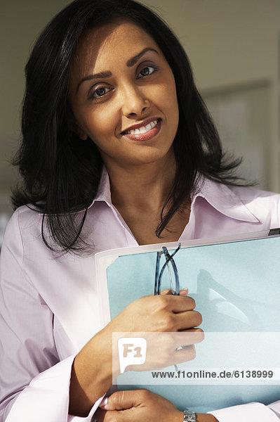 Geschäftsfrau  Mappe  halten