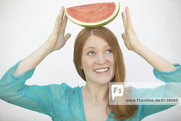 Frau Netzwerklastenausgleich Wassermelone auf dem Kopf