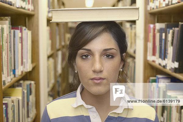 hoch  oben  nahe  Jugendlicher  Buch  Mädchen  Taschenbuch