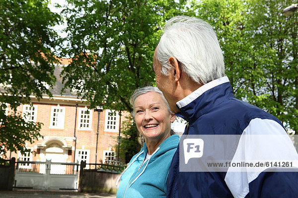 Älteres Paar beim Spaziergang im Park