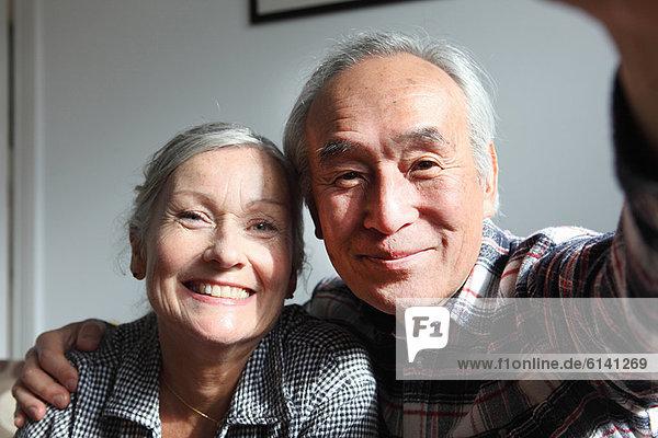 Ein Paar macht Fotos von sich selbst.