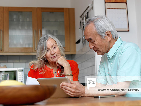 Älteres Paar mit Tablet-Computer