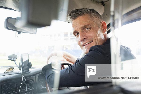 Taxifahrer am Lenkrad sitzend