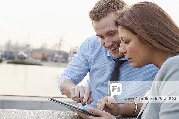 Geschäftsleute mit Tablet-Computer