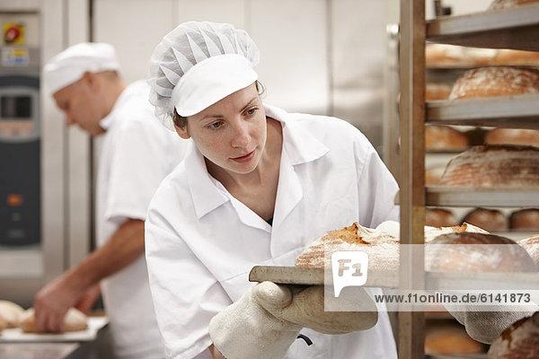Chefkoch mit Brottablett in der Küche