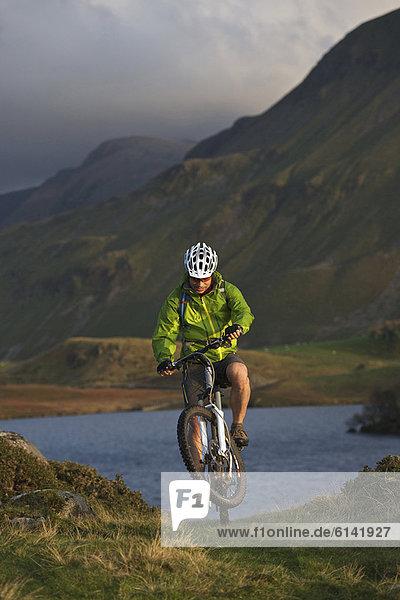 Mountainbiker am grasbewachsenen Hang