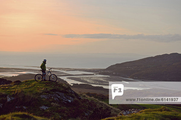 Mountainbiker auf dem Hügel stehend
