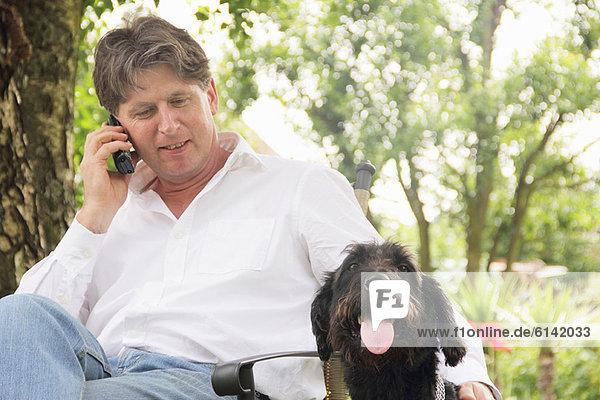 Mann am Telefon im Freien