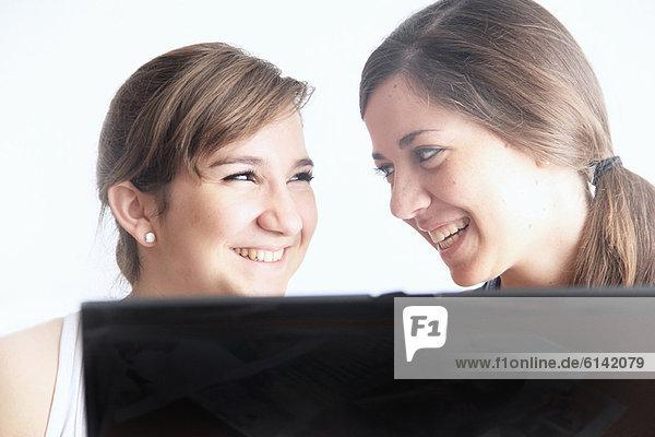 Teenager Mädchen mit Laptop zusammen