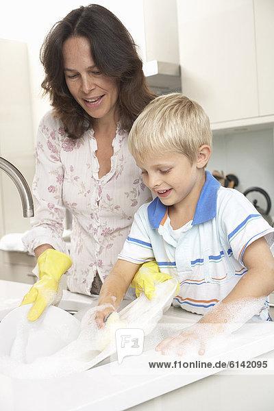 Sohn waschen Küche Essgeschirr Mutter - Mensch