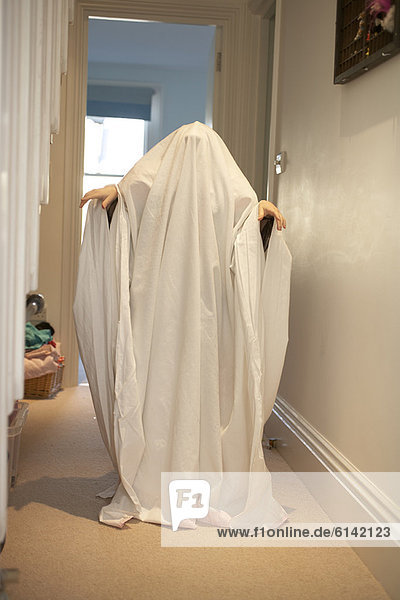 Kind mit Geist Halloweenkostüm