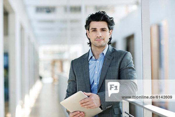 Geschäftsmann mit digitalem Tablett  Portrait