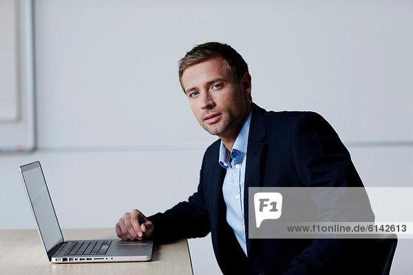 Geschäftsmann mit Laptop  Portrait