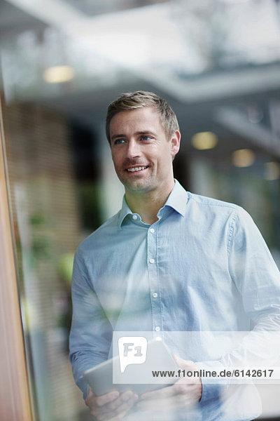 Mittlerer Erwachsener Geschäftsmann mit digitalem Tablett  Portrait