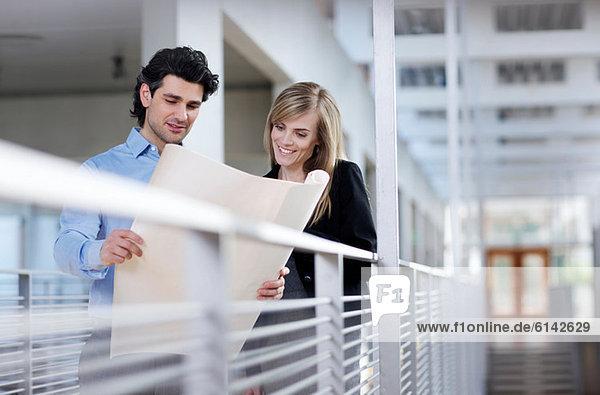 Geschäftskollegen bei der Suche nach einem Bauplan
