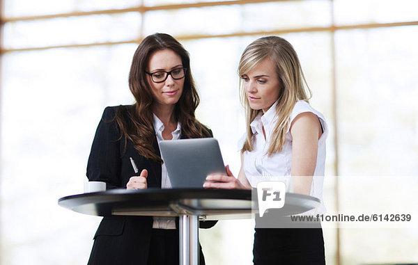 Geschäftskollegen mit digitalem Tablett
