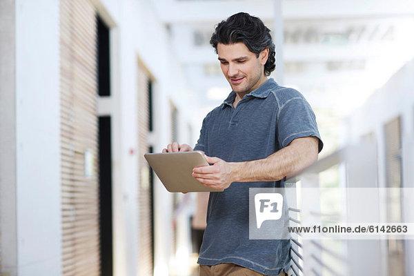 Gelegenheitsunternehmer mit digitalem Tablett