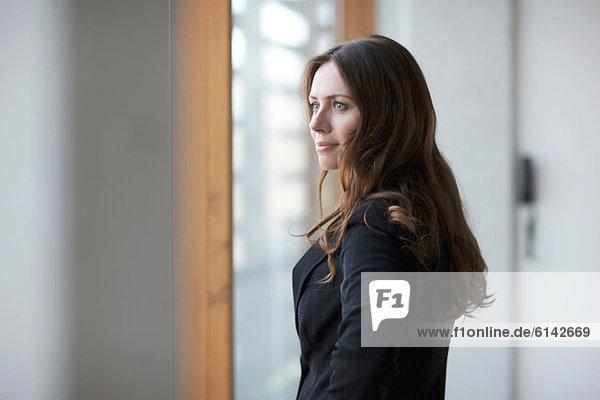 Geschäftsfrau schaut weg  Portrait