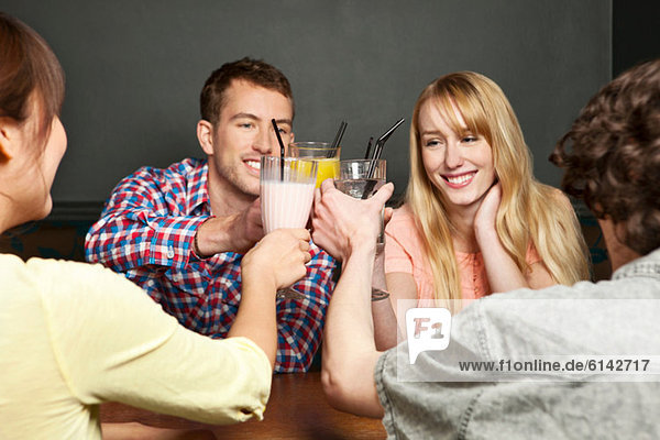 Freunde toasten mit Erfrischungsgetränken