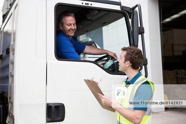 Lkw-Fahrer und Mann mit Zwischenablage