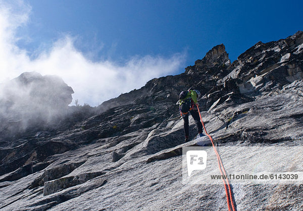 Bergsteiger Abseilen Felswand  Mount Berge  Cascade Range  Washington  USA