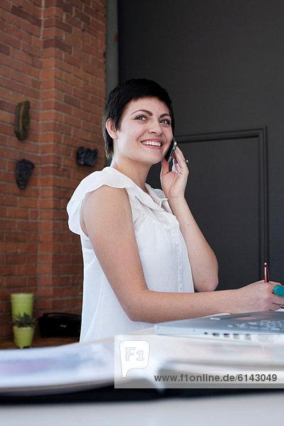 Geschäftsfrau am Telefon  Portrait