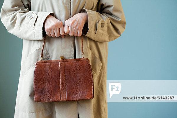Seniorin mit Handtasche