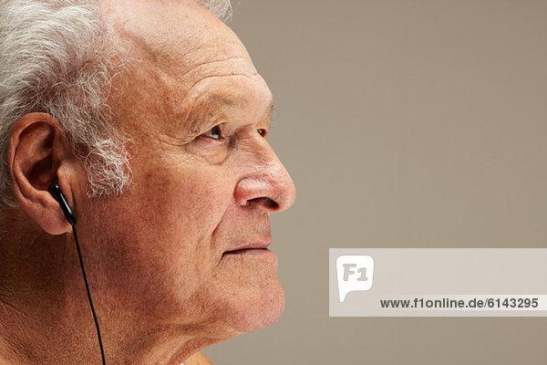 Senior Mann mit Kopfhörer  Portrait