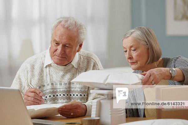 Seniorenpaar Wiegepakete