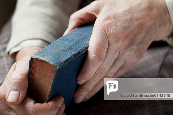 Seniorin mit gebundenem Buch