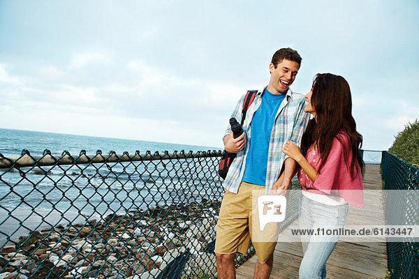 Junges Paar an der Strandpromenade