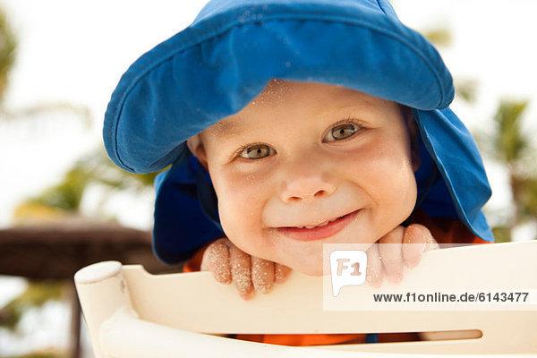 Porträt eines kleinen Jungen  der in die Kamera lächelt Porträt eines kleinen Jungen, der in die Kamera lächelt