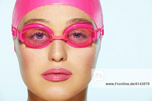 Schwimmerin mit rosa Schwimmbrille
