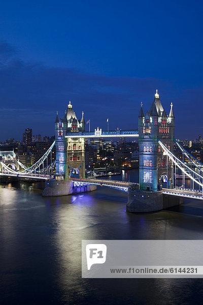 Tower Bridge in der Abenddämmerung mit spezieller Beleuchtung  London  England  Großbritannien  Europa