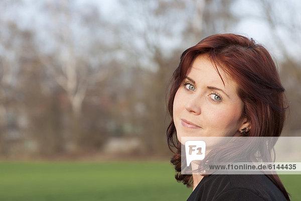 Junge Frau  25 Jahre  Portrait  Deutschland  Europa