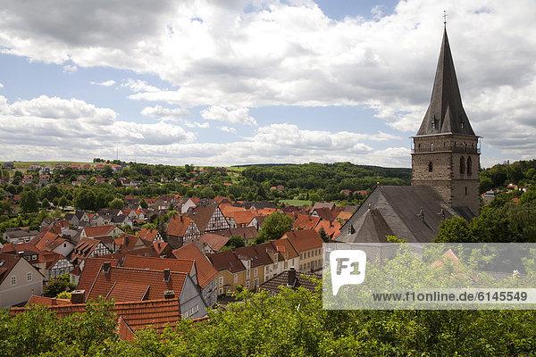 Blick auf die mittelalterliche Stadt mit der Altstadtkirche  Warburg  Nordrhein-Westfalen  Deutschland  Europa  ÖffentlicherGrund