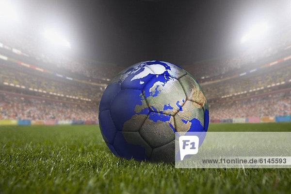 ruhen streichen streicht streichend anstreichen anstreichend groß großes großer große großen Fußball Gras Ball Spielzeug mögen Stadion Globus