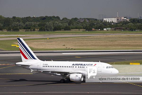 Flugzeug der Airfrance - Airbus A318 - auf dem Rollfeld  Flughafen  Düsseldorf  Rheinland  Nordrhein-Westfalen  Deutschland  Europa
