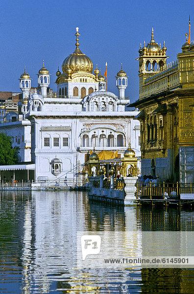 Teilansicht des Goldenen Tempels  wichtigstes Heiligtum der Sikhs in Amritsar  Indien  Asien