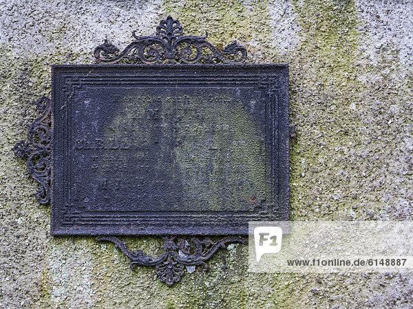 Alte Grabtafel auf historischem Friedhof in Weimar  Thüringen  Deutschland  Europa