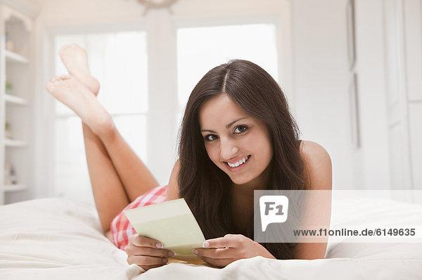liegend  liegen  liegt  liegendes  liegender  liegende  daliegen  Frau  Bett  mischen  Karte  Mixed  vorlesen