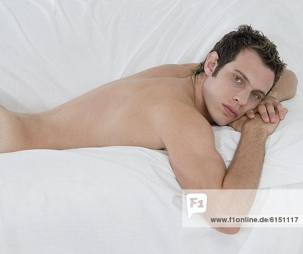 liegend  liegen  liegt  liegendes  liegender  liegende  daliegen  Mann  Bett  nackt liegend, liegen, liegt, liegendes, liegender, liegende, daliegen ,Mann ,Bett ,nackt