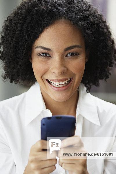Handy  Geschäftsfrau  halten