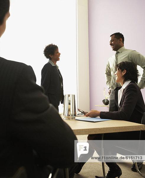 Geschäftsleute sprechen im Konferenzraum