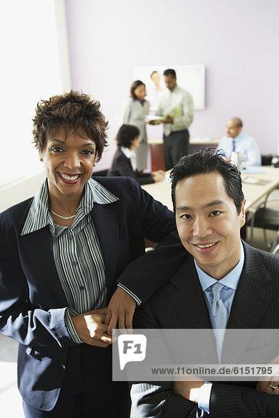 Wirtschaftsperson  Geschäftsbesprechung  Zimmer  multikulturell  Konferenz