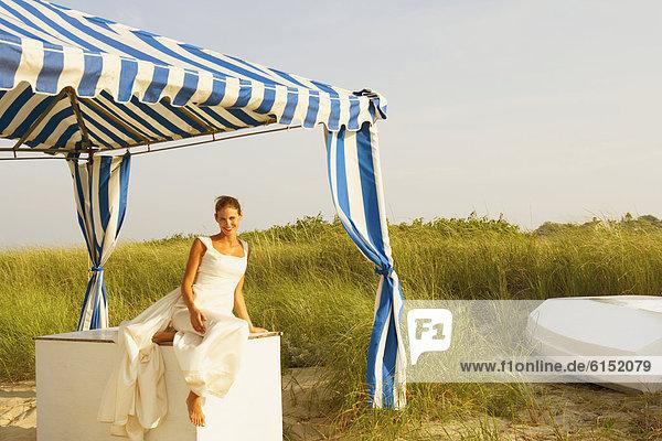 Braut  Strand  unterhalb  Zelt