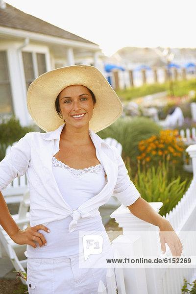 Junge Frau tragen Sonnenhut
