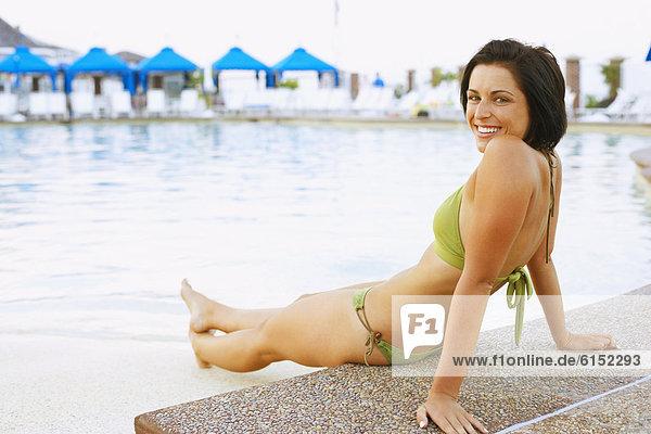 sitzend Frau jung Schwimmbad